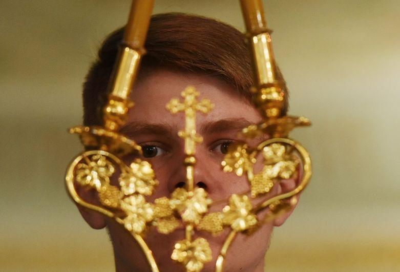 Священнослужитель во время рождественского всенощного бдения в Александро-Невском кафедральном соборе в Симферополе.