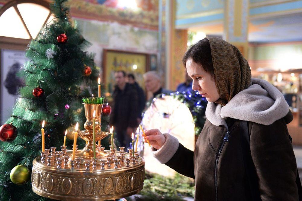 Верующие на праздничном богослужении в храме Архангела Михаила в Грозном.