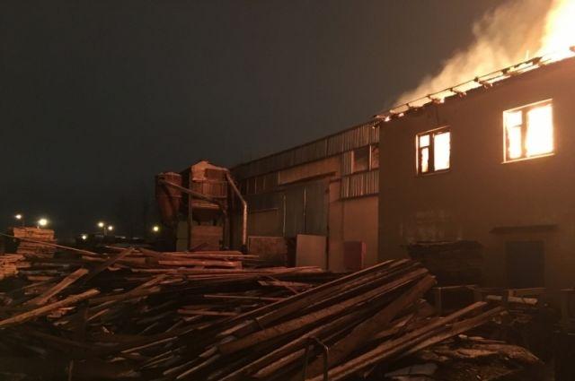 ВЯрославле 26 человек тушили сильный пожар напилораме наулице Механизаторов