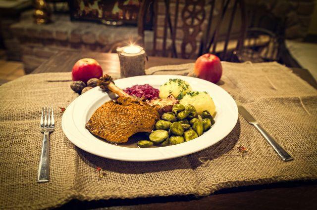 Украшением стола, в зависимости от достатка, были мясные блюда
