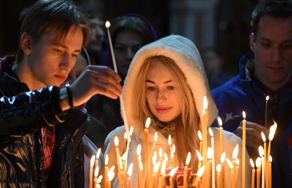 Верующие в храме Христа Спасителя в Москве перед Рождественским богослужением.