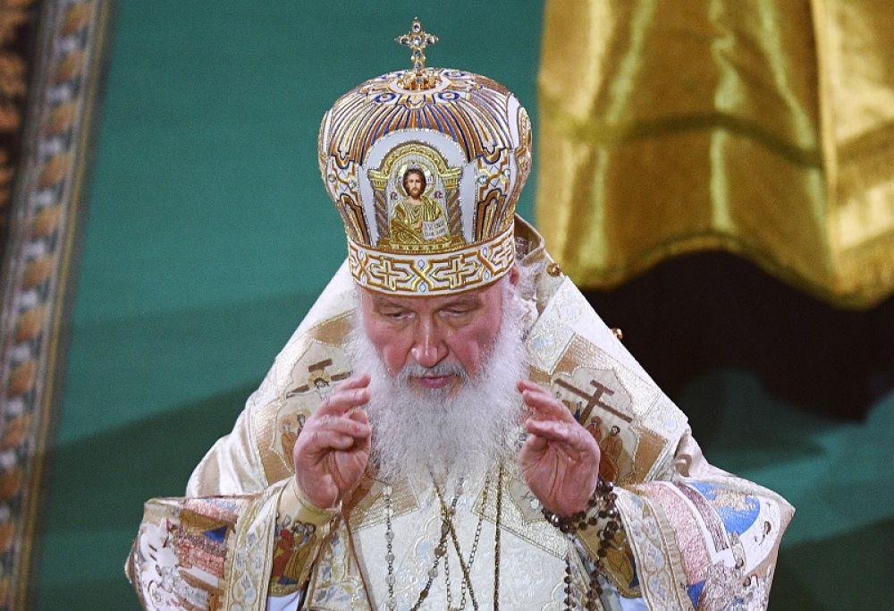 Патриарх Московский и всея Руси Кирилл проводит Рождественское богослужение в храме Христа Спасителя в Москве.