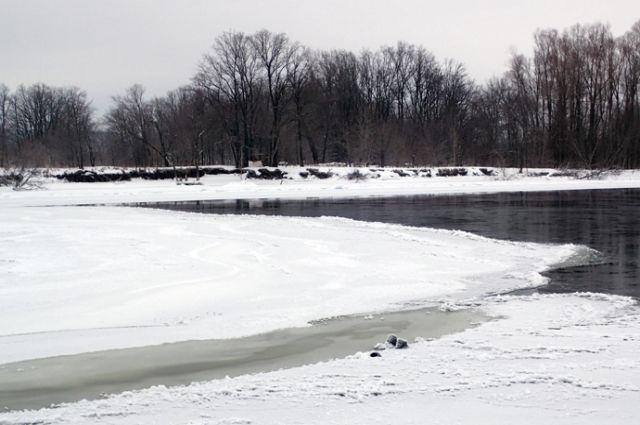 В Самаре на Волге тело рыбака вмерзло в лед