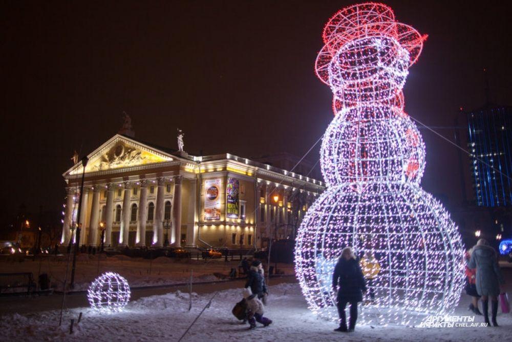 Огромный светящийся снеговик стал украшением Кировки в этом году.