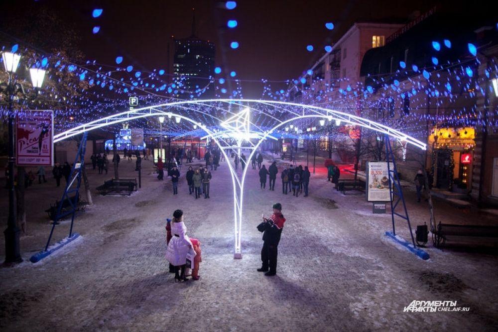 Пешеходную часть улицы Кирова украшают тысячи огоньков.