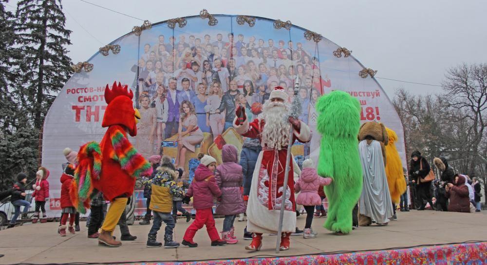 В парке имени Максима Горького весело отметили Рождество с казачьими песнями и танцами.