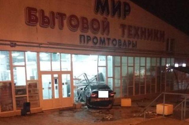 Ставрополец на БМВ врезался востановку и сооружение магазина