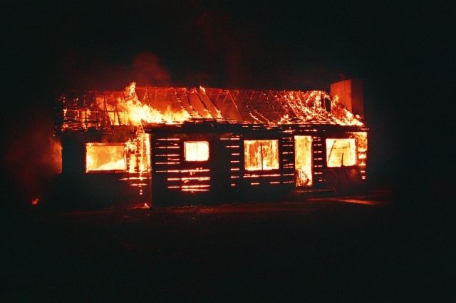 НаАлтае селянин из-за 3-х тыс. руб. поджег дом с старый хозяйкой