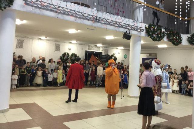 Благотворительная Рождественская ёлка прошла во Дворце молодёжи.