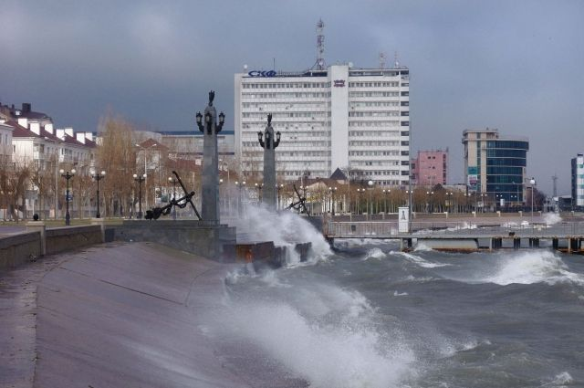 Впорту Новороссийска вЧерное море вылилась нефть