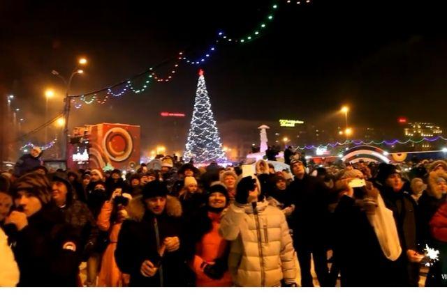 Новый год в центре у елки в центре города встречали многие новосибирцы.