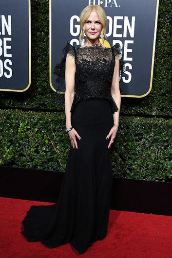 Николь Кидман вышла получать свою награду в кружевном платье с блестками.