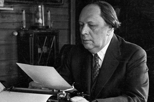 Писатель Алексей Толстой за работой. 1940 г.