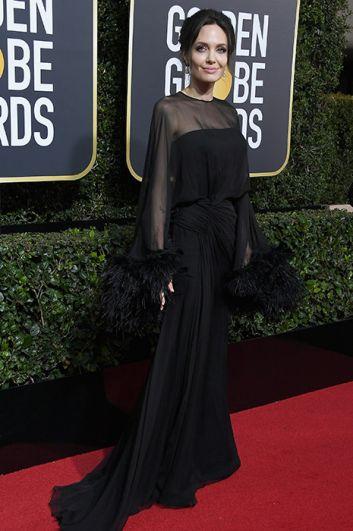 Анджелина Джоли выбрала черное платье с прозрачными верхом и декором из перьев.
