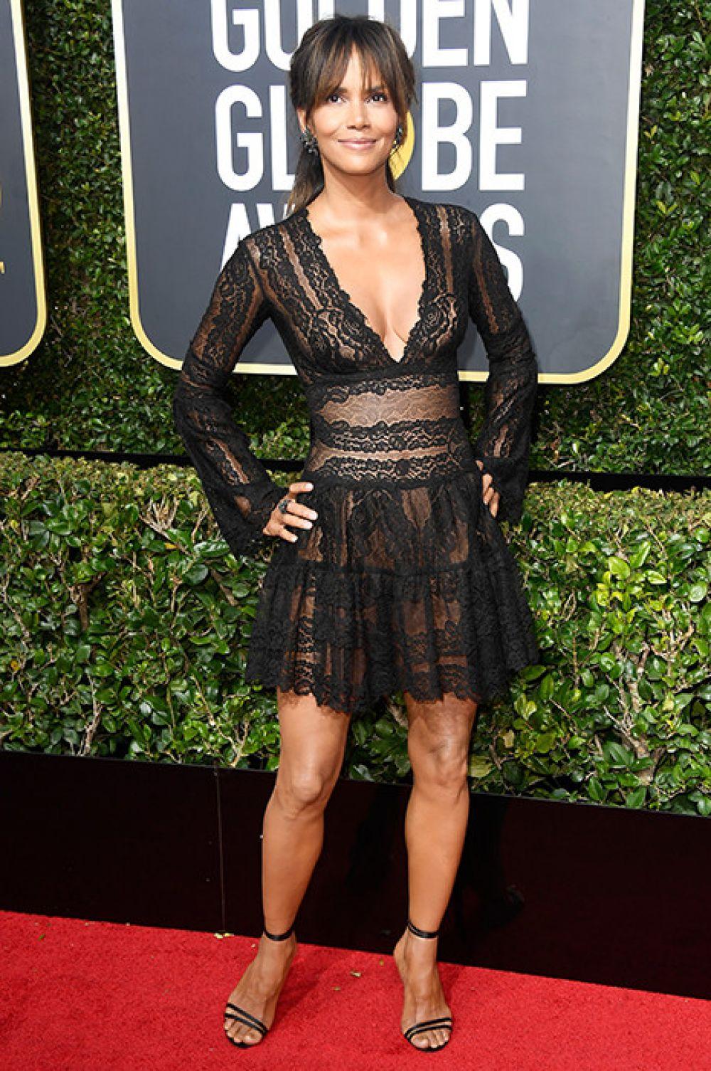 Холли Берри выбрала короткое ажурное платье, которое подчеркнуло все прелести актрисы.