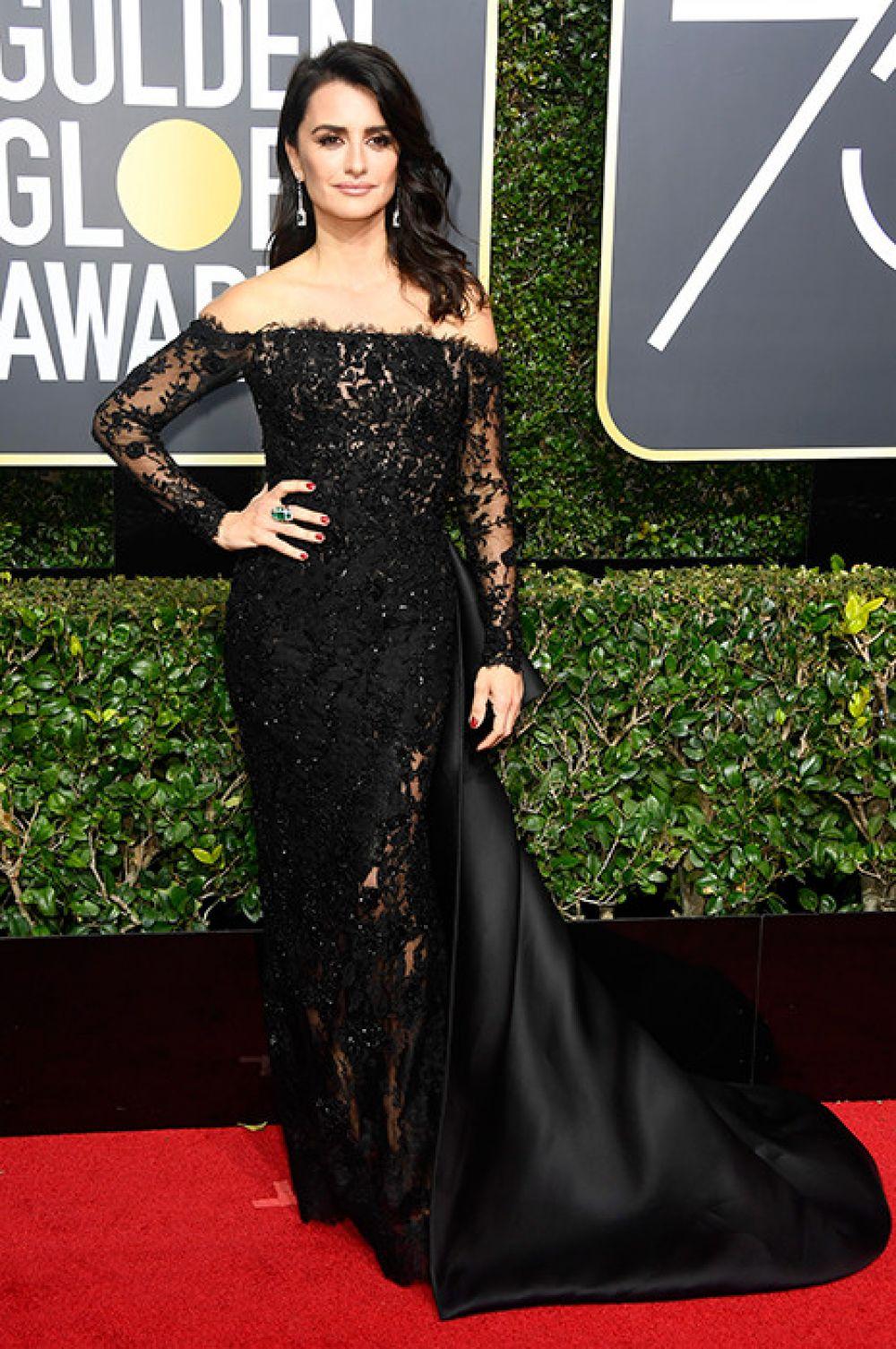 Пенелопа Крус надела черное кружевное платье, которое смотрелось восхитительно.