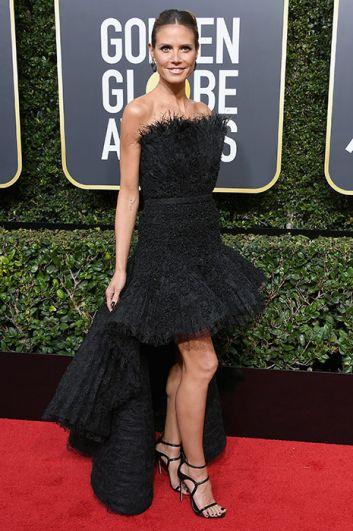 Хайди Клум выбрала очень странный наряд из перьев и длинного шлейфа.