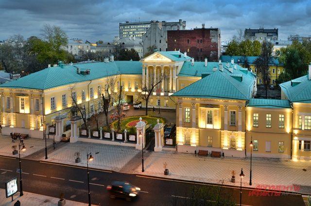 Когда-то в бальном зале этого особняка впервые прозвучали главы «Горя от ума» Грибоедова. А сейчас здесь делают лучшую газету страны.
