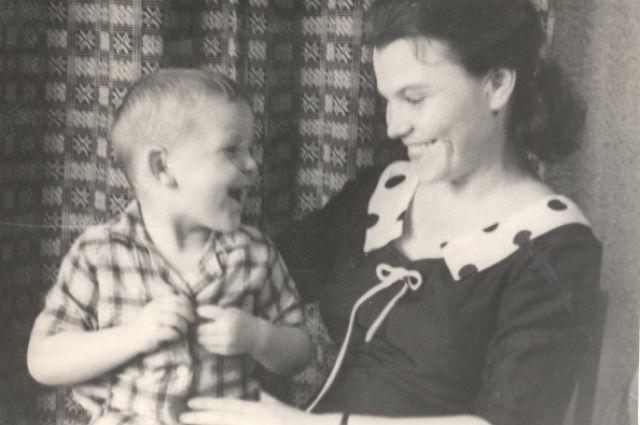 Зоя Петровна Воробьева с сыном – будущим известным шансонье Михаилом Кругом.