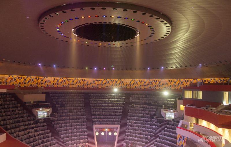 Такая подсветка отсылает к летающей тарелке. Ведь именно так в народе называют цирк.