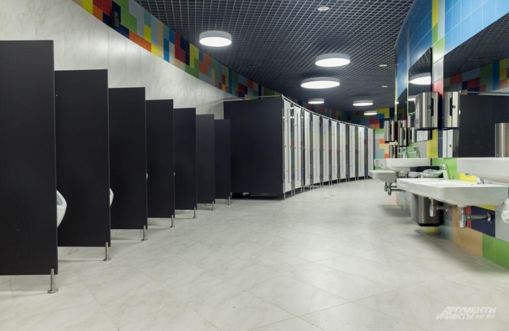 Туалеты с умывальниками для больших и маленьких зрителей.