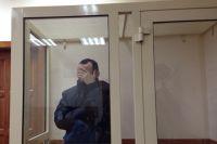 На суде мужчина прятал лицо и просил журналистов выйти из зала.