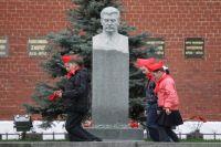 Бюст Иосифа Сталина у Кремлёвской стены в Москве.