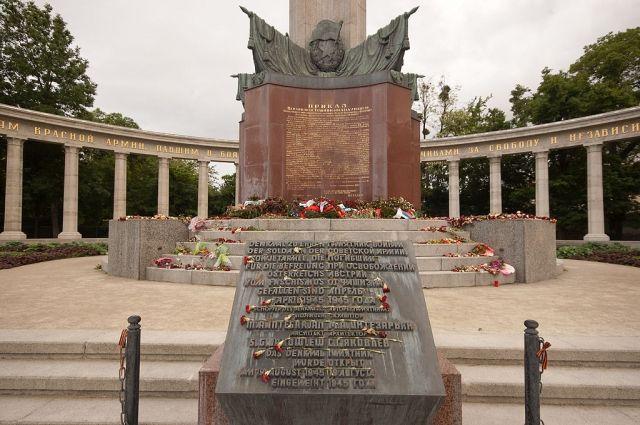 Монумент советским войнам вВене забрызгали краской