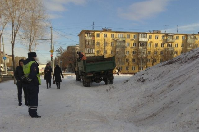 В Оренбурге ликвидируют опасные ледяные горки.