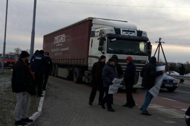На Волыне активисты заблокировали дорогу возле границы Польши