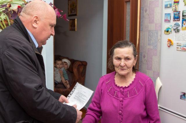 Александр Гончаров передал орденскую книжку родственникам героя.