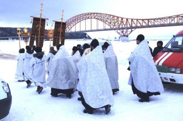 Крестный ход к купели на реке Иртыш