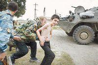 Спецназовцам приходилось прикрывать ребят своими телами.