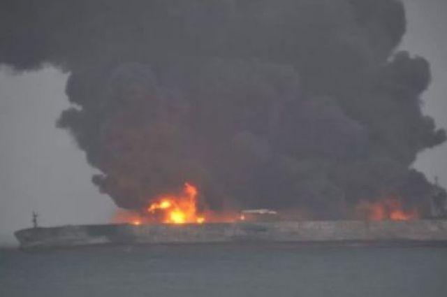 У берегов Китая взорвался пылающий танкер