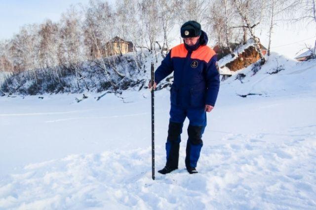 Сотрудники МЧС России провели замер льда в озере.