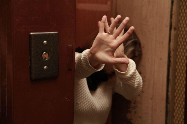 Решив воспользоваться беспомощностью девушки, мужчина отвёз её в квартиру друга.