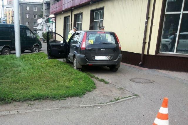 В Кузбассе будут судить водителя, сбившего на тротуаре семейную пару.
