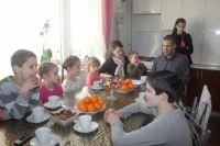 Все члены семьи собираются за кухонным столом; младшему, Дану, 2 года.