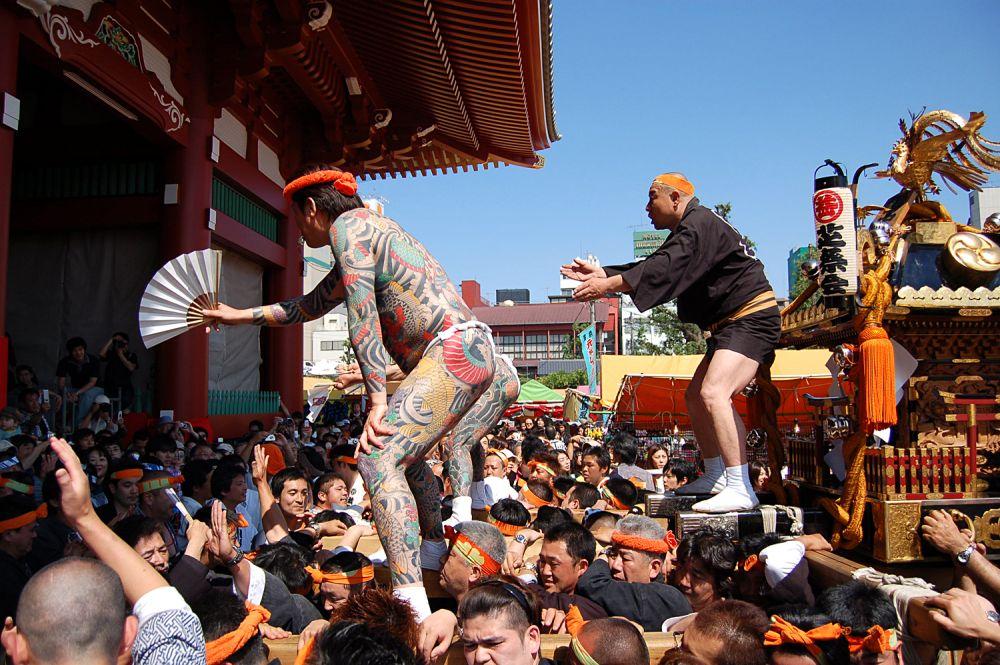Члены якудза часто принимают участие в местных синтоистских фестивалях, таких как Сандзя-мацури, где они с гордостью демонстрируют свои сложные рисунки на теле. Фестиваль — единственное место, где они могут это сделать, поскольку показывать татуировки на публике запрещено.
