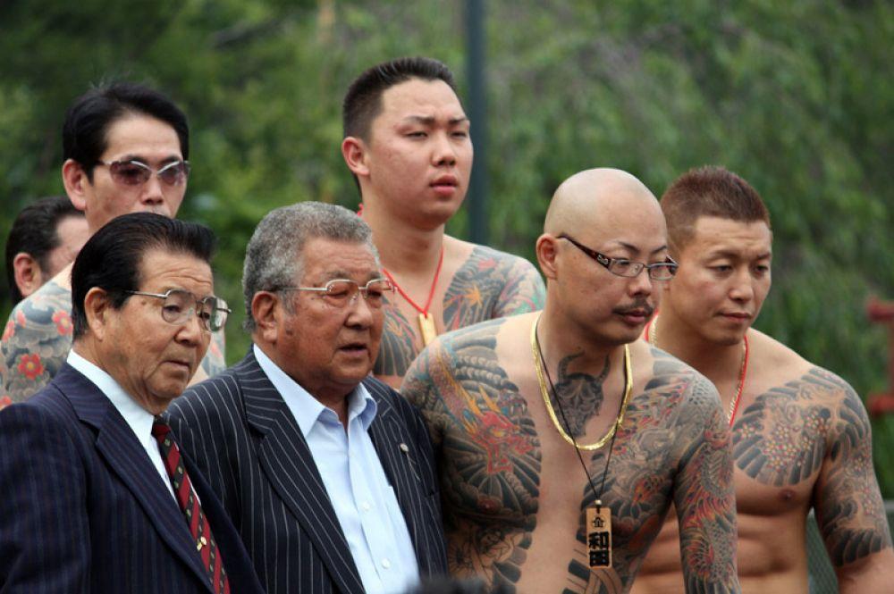 Важным атрибутом принадлежности к якудза являются татуировки. Типичными изображениями для них являются драконы, цветы, горные и морские пейзажи, а также эмблемы группировок. Татуировки имеют около 68 % якудза.