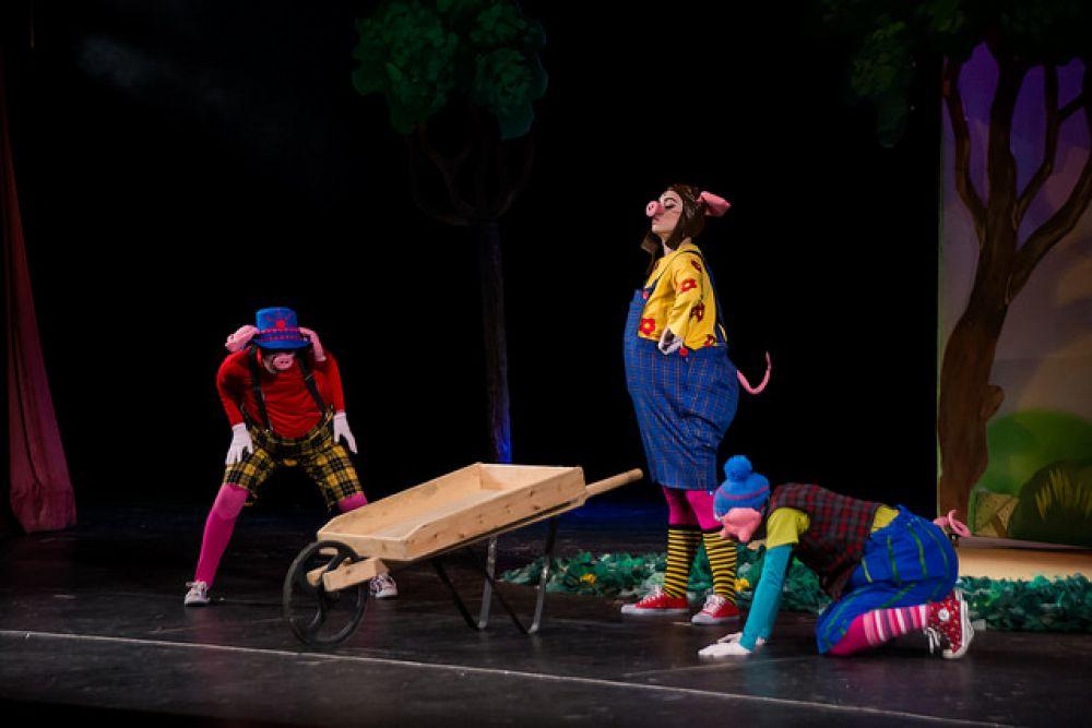 Дети увидели новогодний спектакль труппы Краснодарского драмтеатра «Три поросенка».