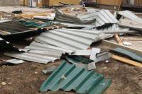 Ураганный ветер сорвал крышу с дома.