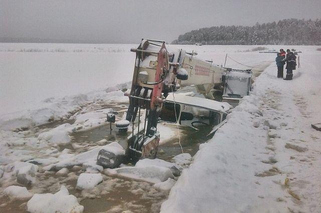 Кран, провалившийся под лед.