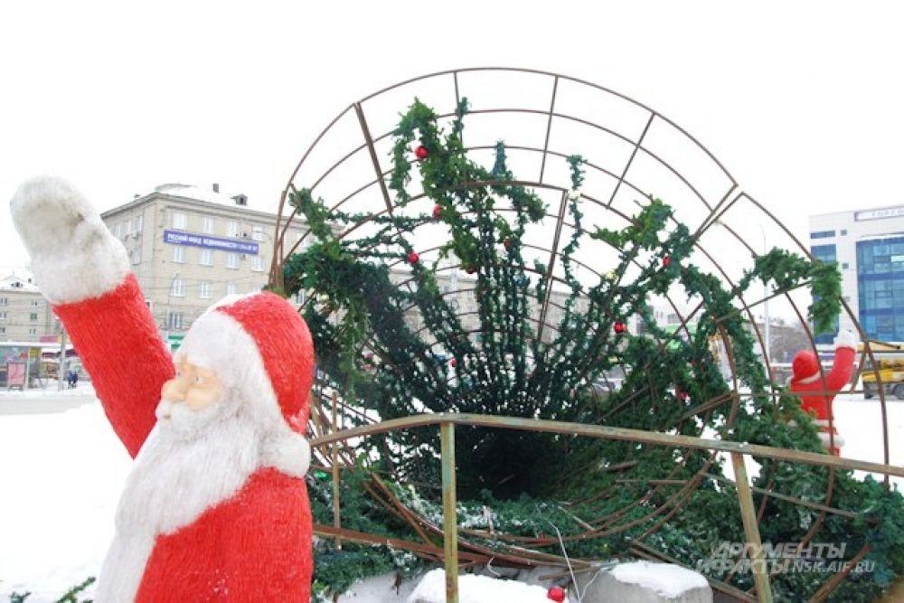 Одну из самых крупных городских елок демонтировали раньше срока. По плану она должна была простоять на пл. Маркса еще 3 дня.
