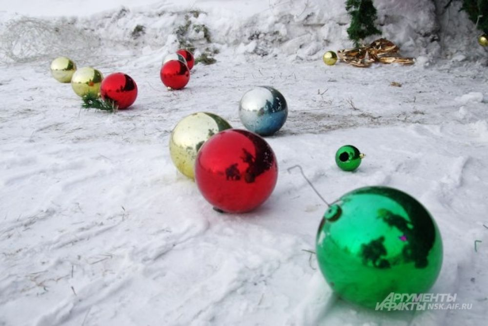 Уцелевшие игрушки и украшения заботливо собрали и сохранят до следующего года.