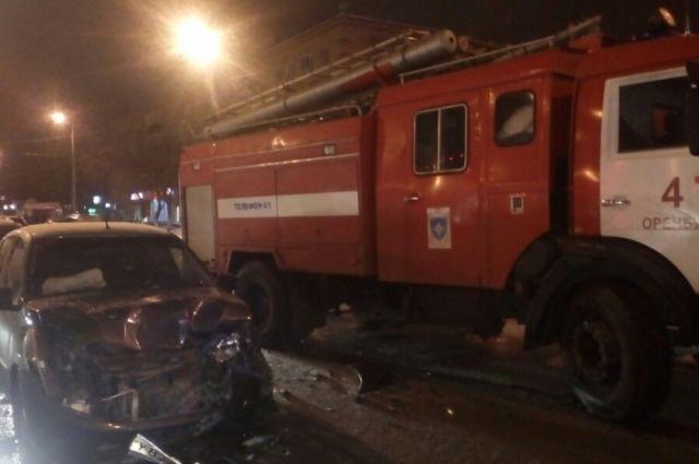 В Оренбурге пожарная автоцистерна и автомобиль столкнулись на перекрестке.