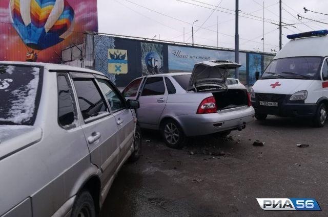 В центре Оренбурга столкнулись «ВАЗ» и «Лада-Приора».