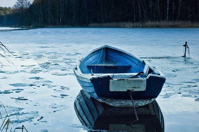 Рыбаков из вмерзшей в лед лодки спасли только под утро.
