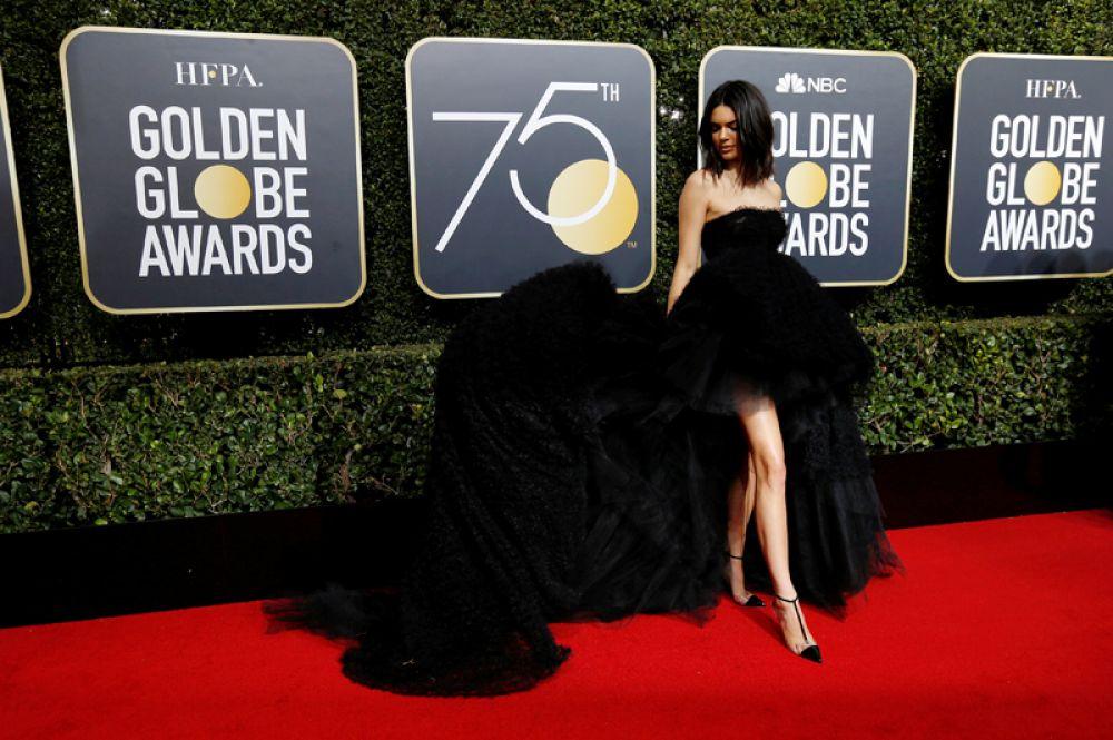 Телеведущая Кендалл Дженнер на 75-й церемонии вручения наград «Золотой глобус», Беверли-Хиллз, Калифорния. Актрисы, номинированные на кинопремию, договорились одеться в черное в знак солидарности с участниками движения против сексуального насилия. 7 января 2018 года.