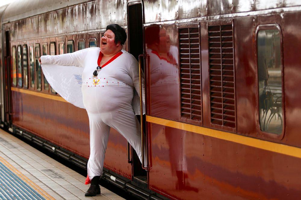 Поклонник Элвиса Пресли Шон Райт на центральном вокзале Сиднея перед поездкой на ежегодный фестиваль памяти музыканта, который состоится в городе Паркс. 11 января 2018 года.